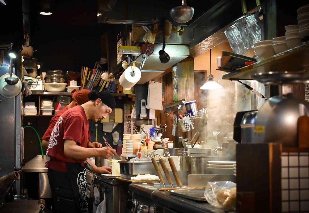 郡山市のラーメン店の厨房