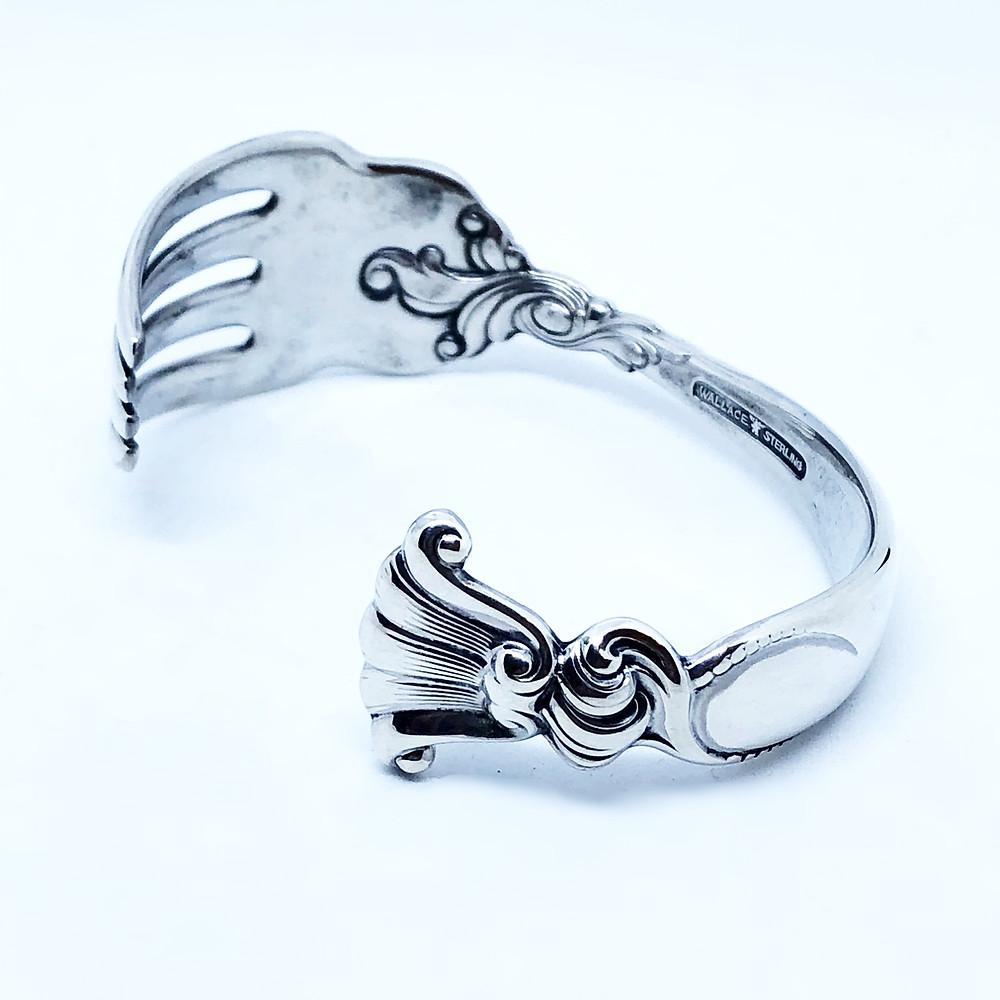フォークバングルという特異性に加え、ハイセンスなデザインがキラリと光る名ジュエリー
