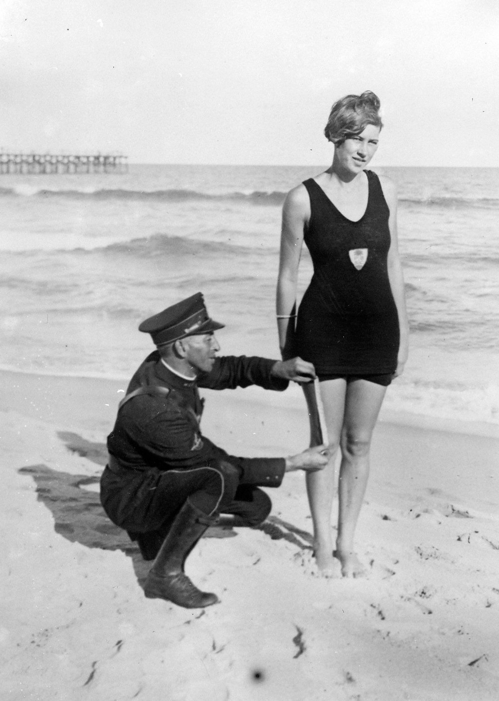 水着警察に取り調べを受ける水着の女性