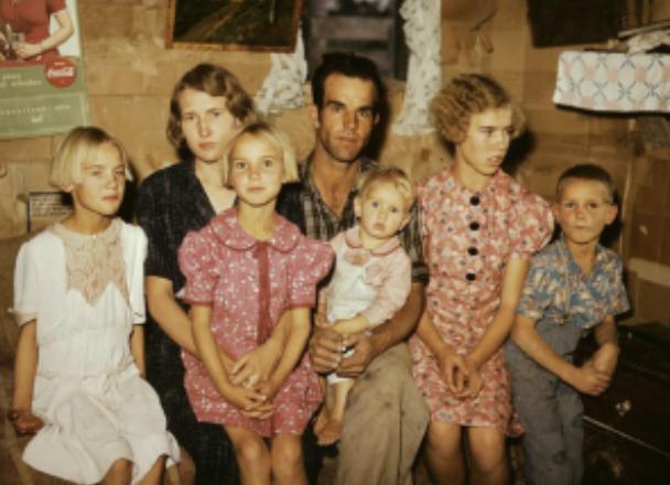 小麦粉袋(フラワーサック)で作られたドレスを着るアメリカの家族
