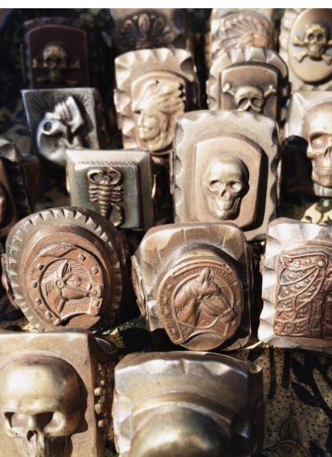 多くが銅やニッケルで制作された、粗野な指輪であった。