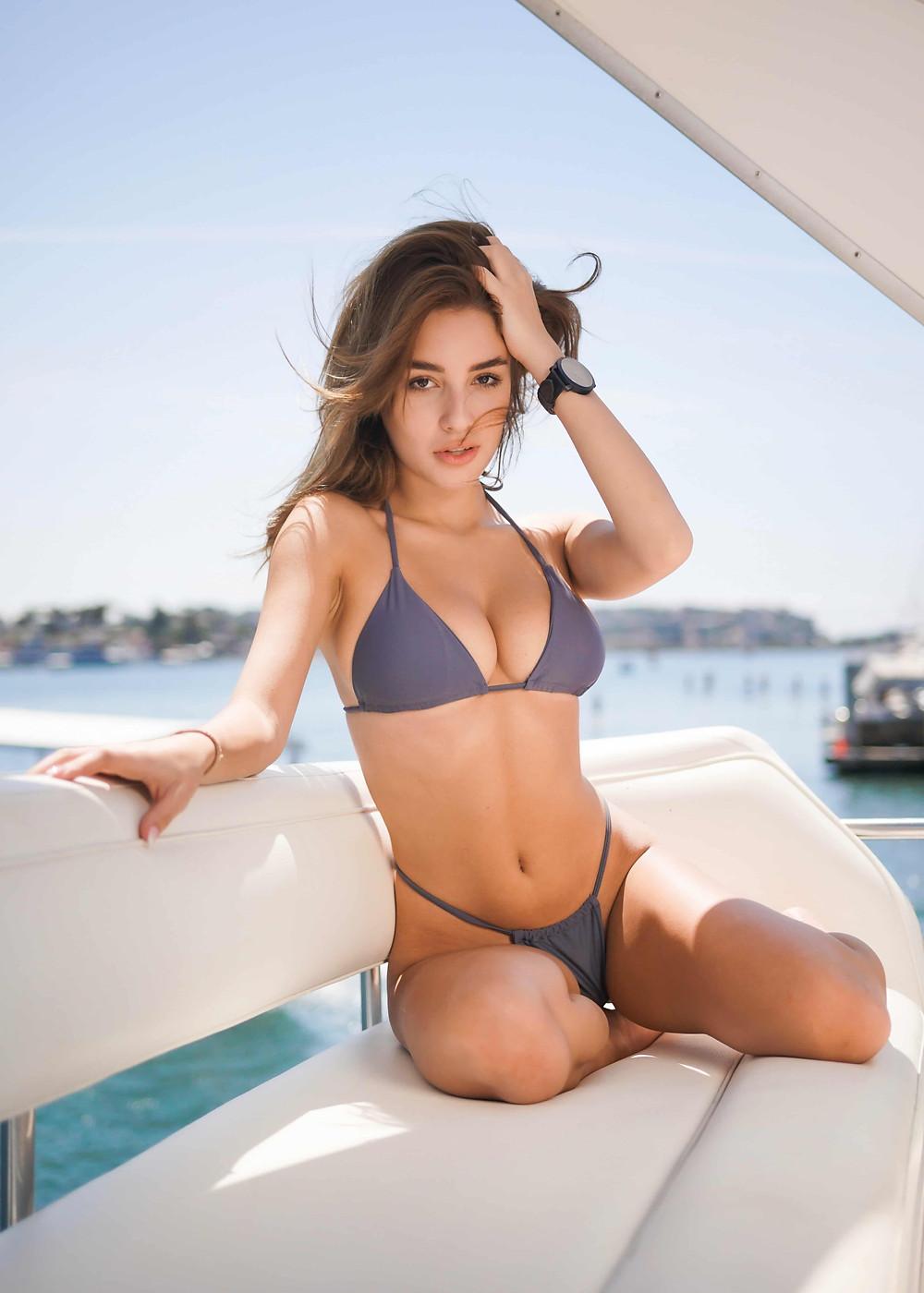 魅力的な水着をきている女性
