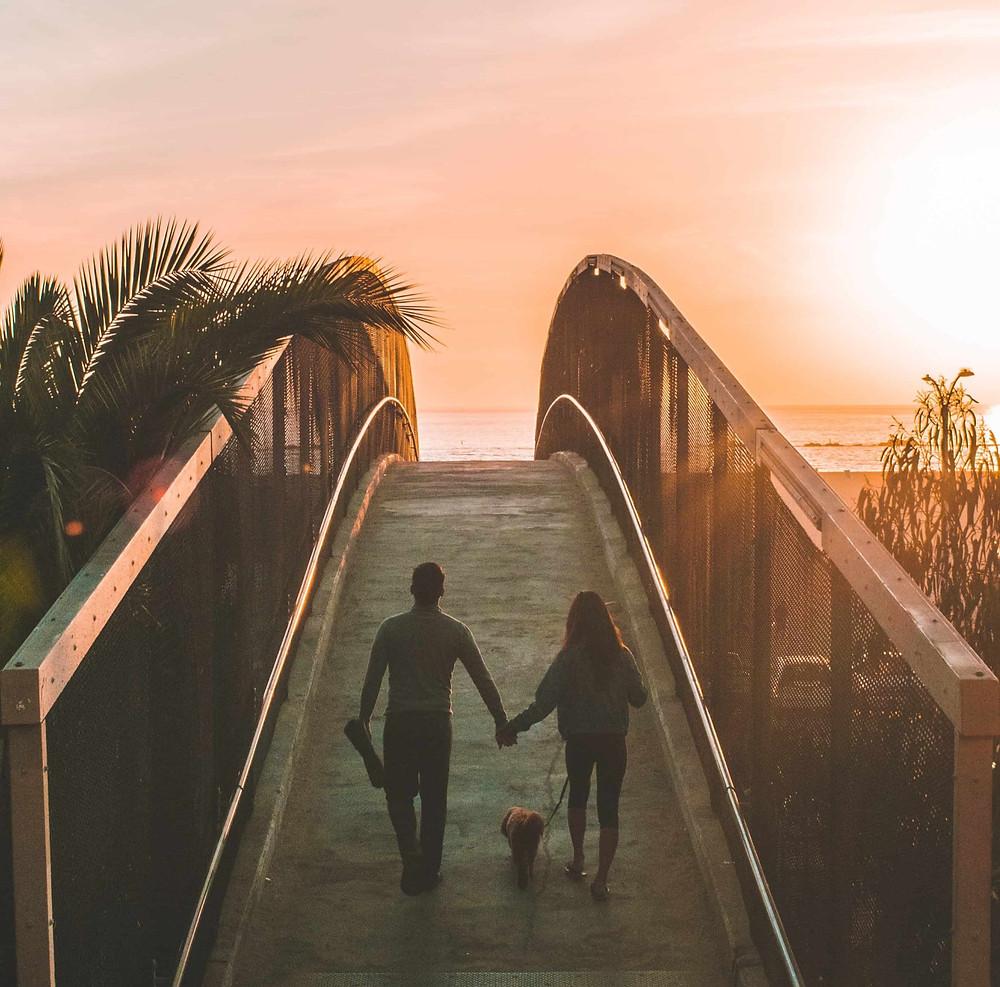 夕日に向かって歩く男女