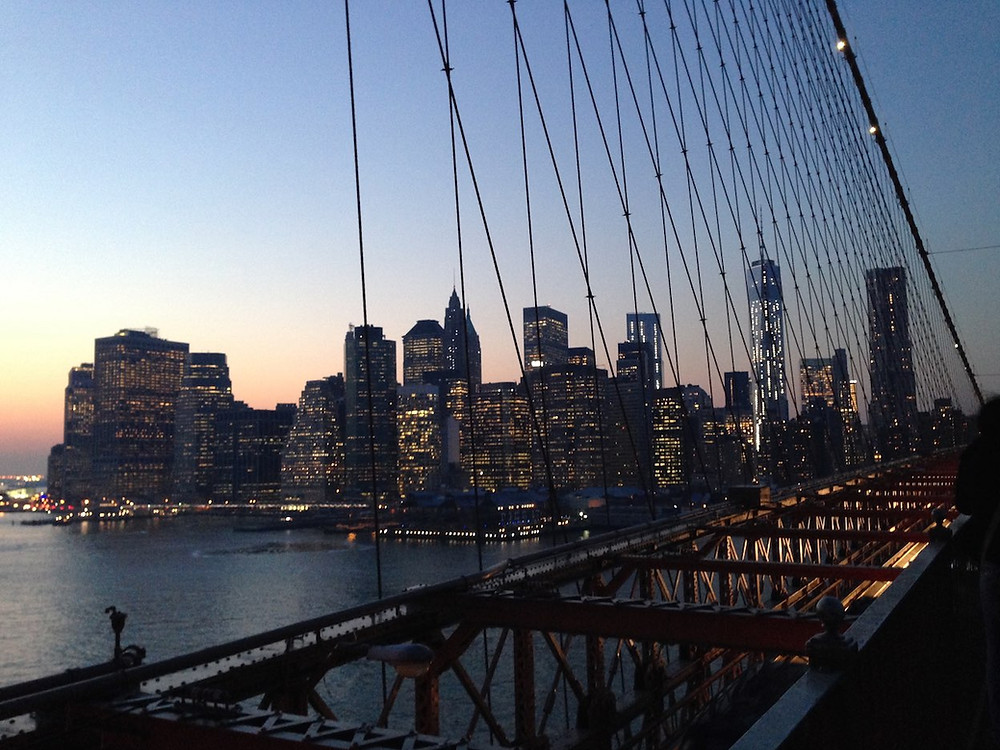 橋の上から見る夕暮れのマンハッタン