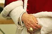 ローマ教皇は薬指にシグネットリング をしている
