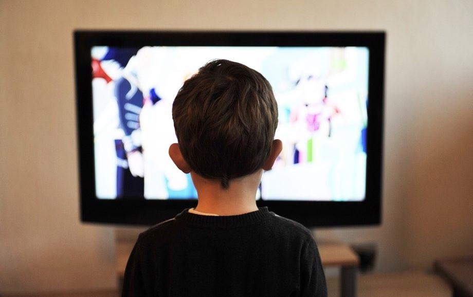 テレビCMに釘付けの子供
