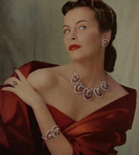 鮮やかな宝石を使ったジュエリーデザイン