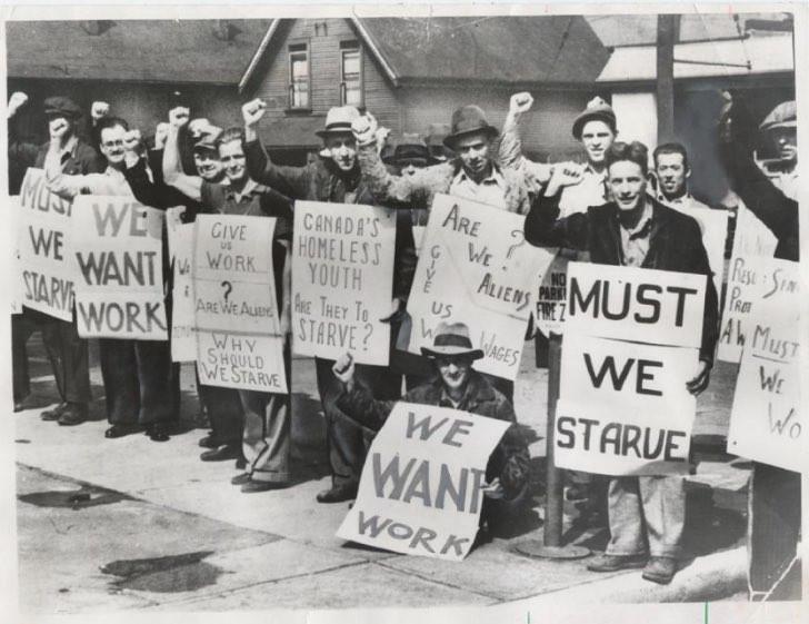 職を失い路上で抗議活動をする人々