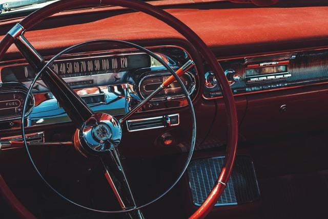 クラシックカーの運転席