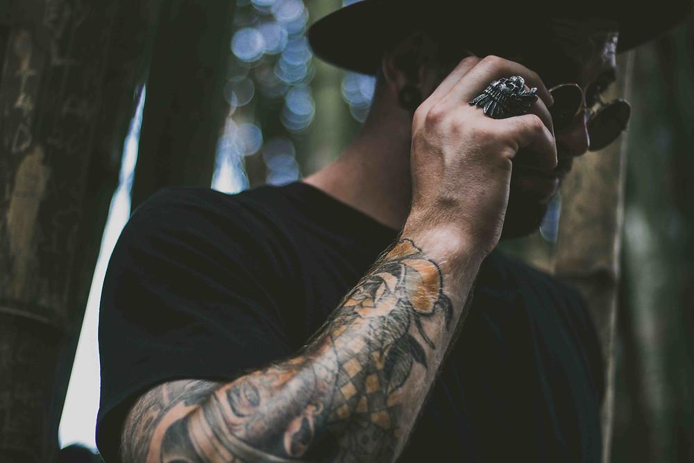 男らしい大きな指輪は右手にオススメ