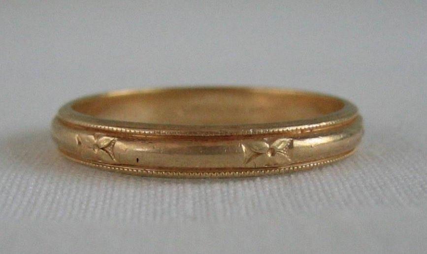 金の結婚指輪。男性は女性よりもシンプルなものを好んで毎日身につけていたとされる。