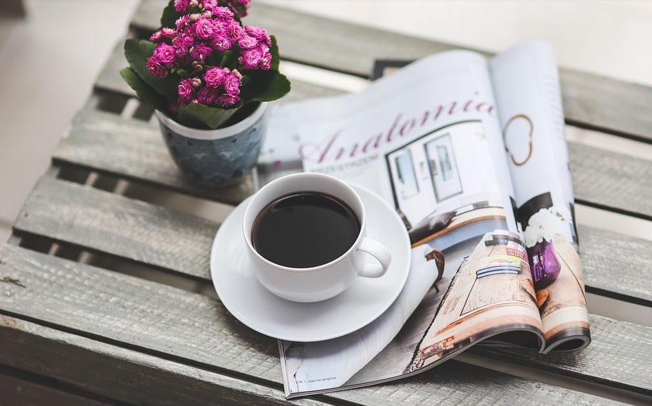 コーヒーを飲みながらフリーマガジンを読む