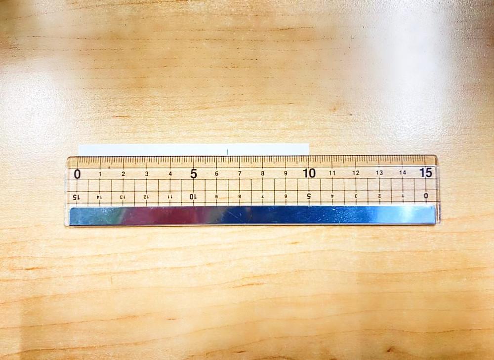 指のサイズを定規で計測する