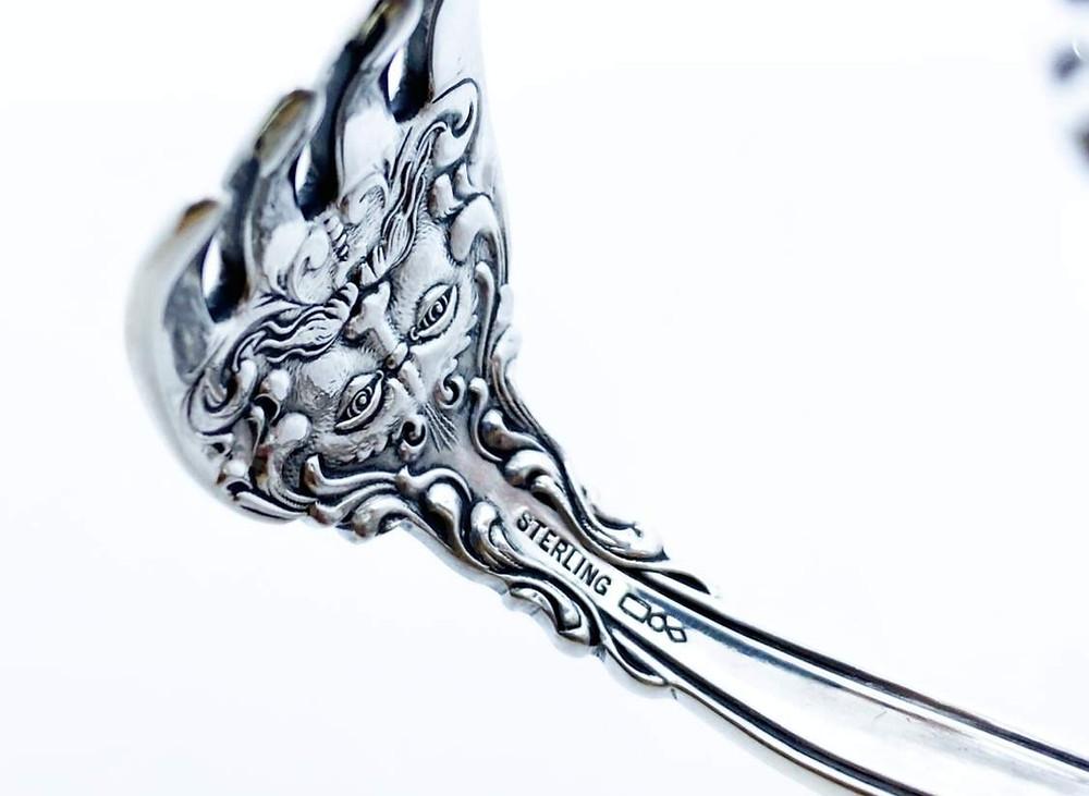 フォークの挿す部分の裏にも細かい彫刻が