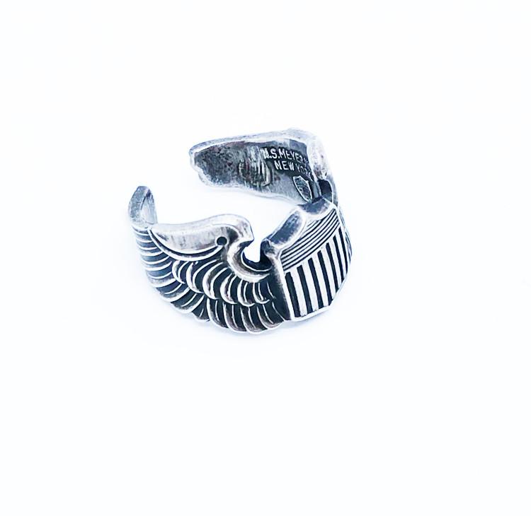 アメリカらしいウイングと盾をモチーフとしたデザイン