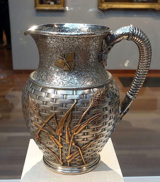 銀を内側から打ち出す技法で制作された作品