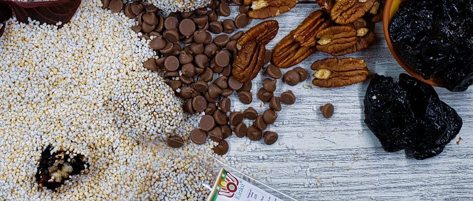 Ciruela pasa rellena de nuez cubierta con chocolate y amaranto tostado 4 piezas