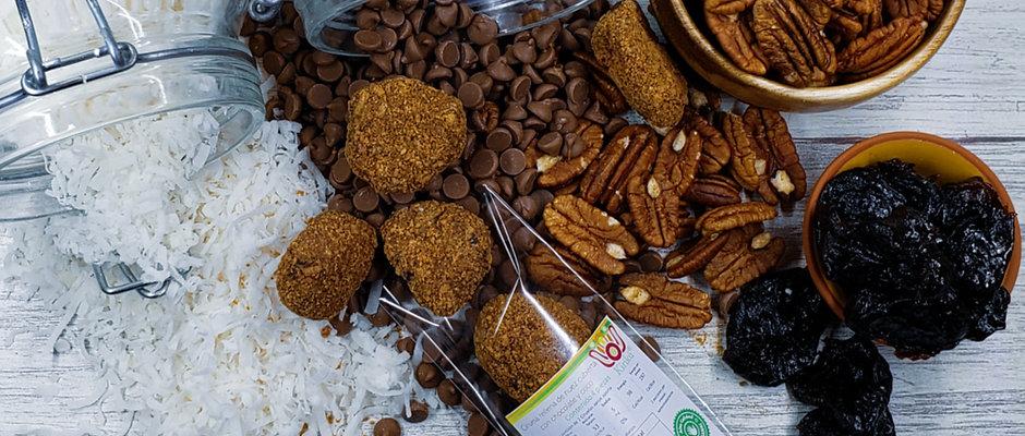 Ciruela pasa rellena de nuez cubierta con chocolate y coco 4 piezas