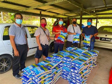 Ewon sampaikan sumbangan kepada 150 keluarga terjejas banjir di Kadamaian