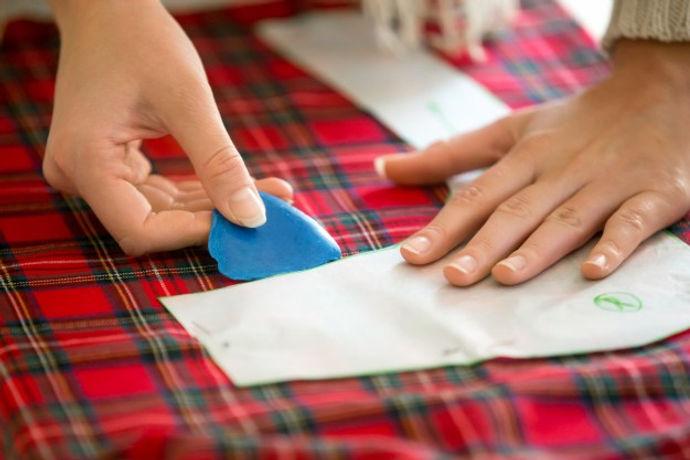 manos-trabajando-patron-costura_1163-204