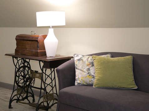 Wygodne sofy w restauracji Hotelu Walcerek