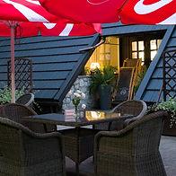 Ogródek letni przy Hotelu Walcerek, stoliki z parasolami
