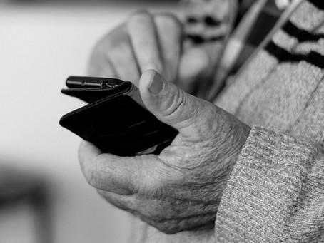 Możliwe wyłudzenia danych seniorów podczas rejestracji SMS na szczepienia Covid-19