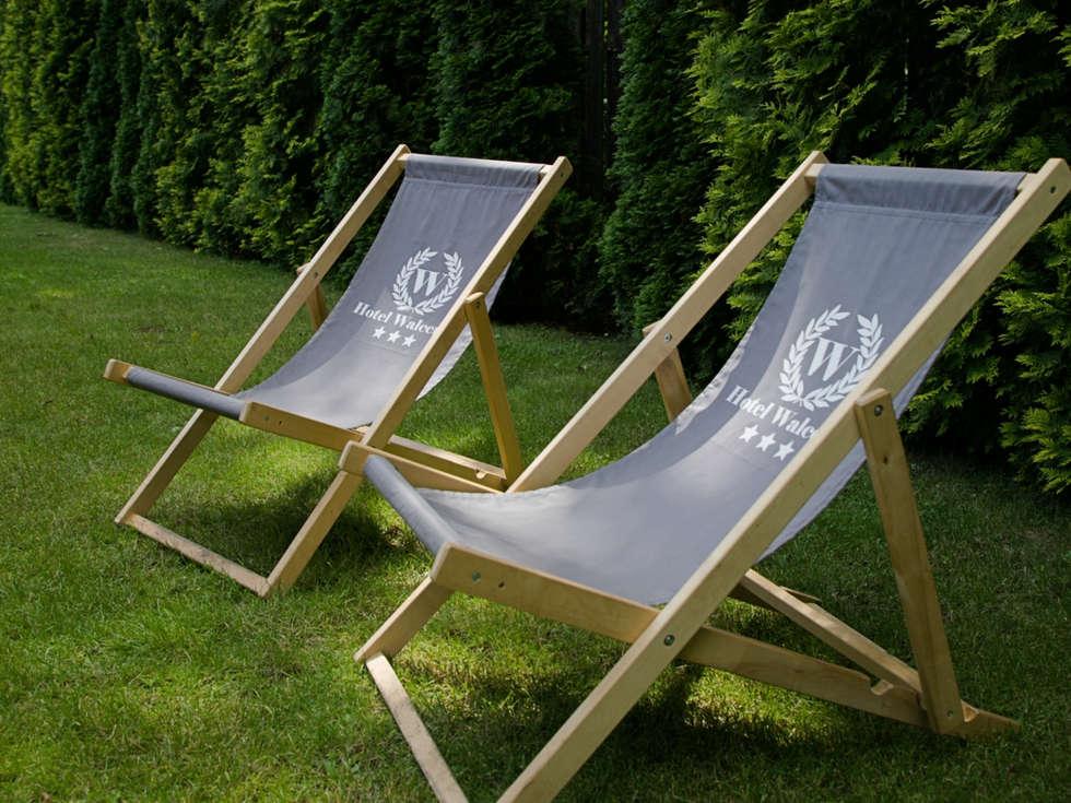 Leżaki w letnim ogródku Hotelu Walcerek
