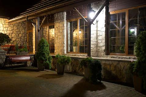 Oświetlony Hotel Walcerek w nocy