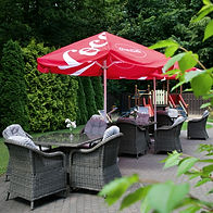 Ogródek letni ze stolikami i parasolami, Hotel Walcerek, Jarocin