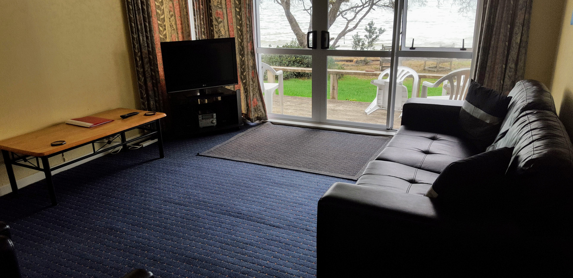 Seaspray Motel 2 bedroom unit lounge looking over the sea