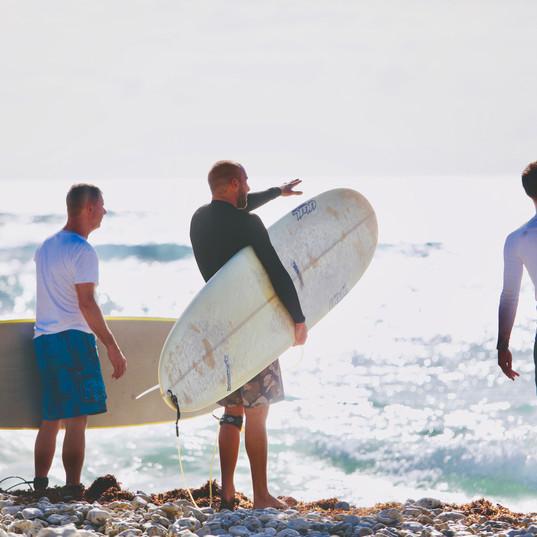 Ecole de Surf de Guadeloupe   Explication des dernières consignes techniques avant de rentrer dans l'eau pour un cours de surf adulte