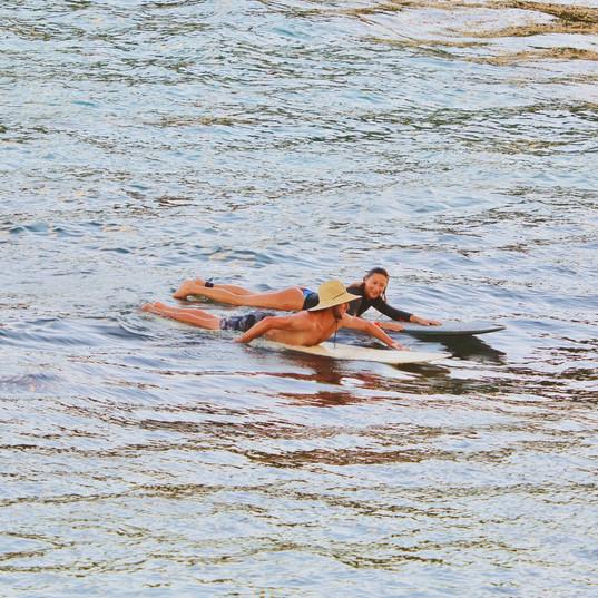 Ecole de Surf de Guadeloupe  Debriefing de la séance pendant un cours de surf particulier