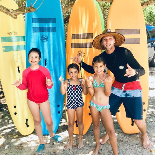 Ecole de Surf de Guadeloupe    Premier cours de surf et premières vagues surfées pour Louise, Eva et Maud (6 et 8 ans)