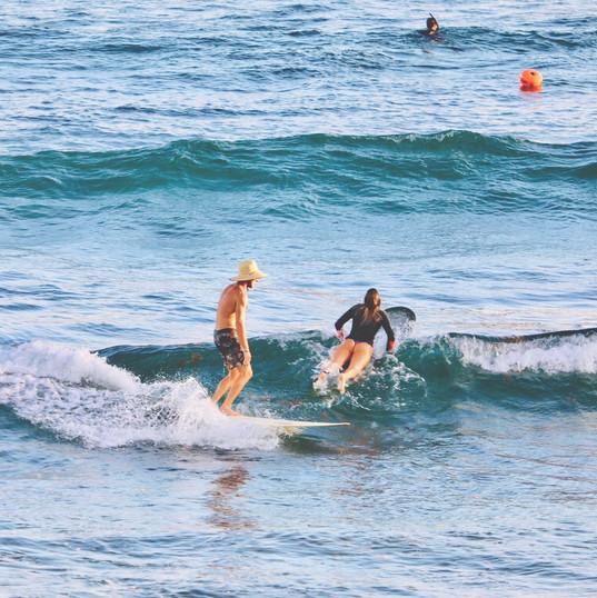 Ecole de Surf de Guadeloupe  Thibault (moniteur) sur une jolie vague pendant un cours de surf au Helleux
