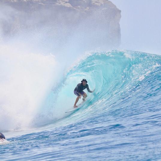 Ecole de Surf de Guadeloupe  Thibault (moniteur & dirigeant de l'Ecole de Surf de Guadeloupe) en free surf en indonésie