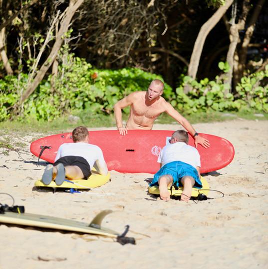Ecole de Surf de Guadeloupe  Présentation du matériel et explication des consignes techniques avant le cours de surf en groupe réduit