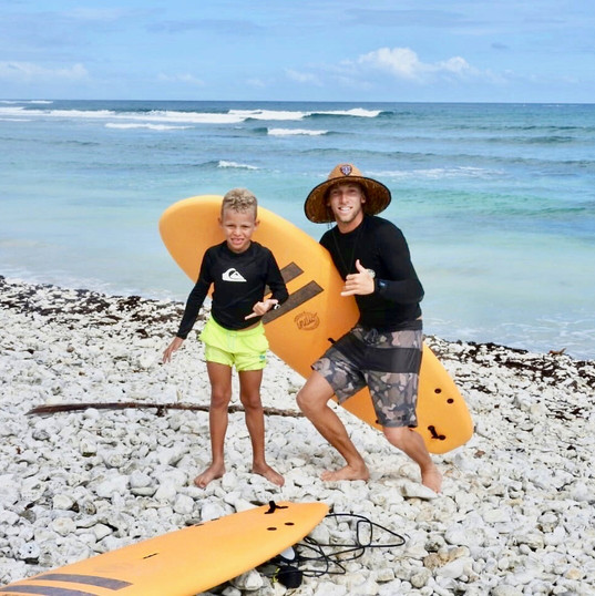 Ecole de Surf de Guadeloupe    Premier cours de surf et premières vagues avec Andy (7 ans)