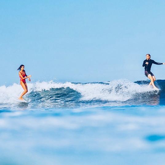 Ecole de Surf de Guadeloupe  Partage d'une jolie vague lors d'un cours de surf adulte