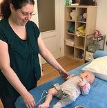Edna Schur behandelt Baby mit Laser-Akupunktur in der TCM Praxis in Oerlikon, Zürich