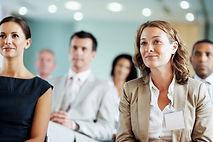 複数のスタッフが熱心に会議に参加している。