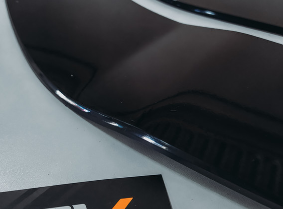 Detalhe de acabamento no perfil do produto.