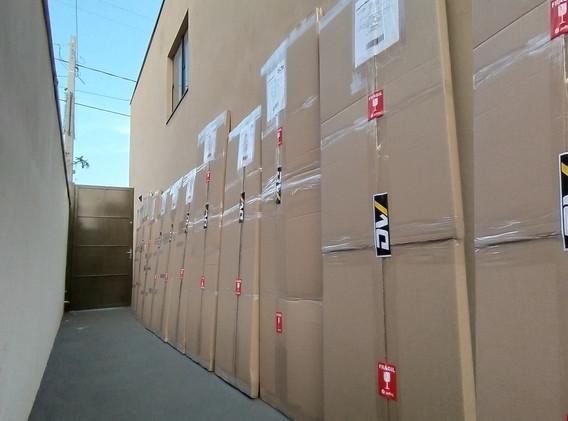 Caixas fechadas em sequência, aguardando a coleta da transportadora, que busca todas nossas encomendas periodicamente