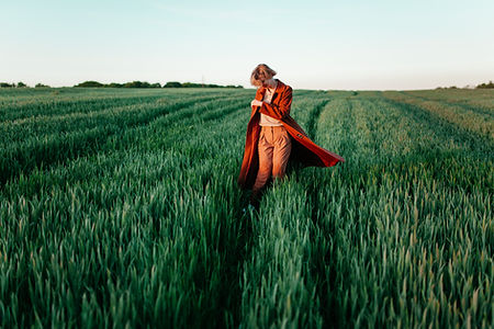 Femme dans le champ