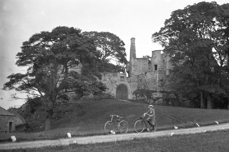 granton-castle-1920s-bicycles