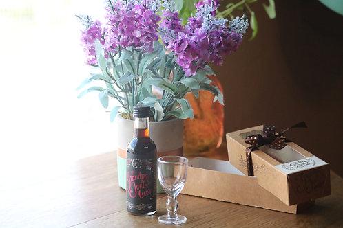 Mini Licor de Cascara com cachaça 50ml e uma pequena taça artesanal