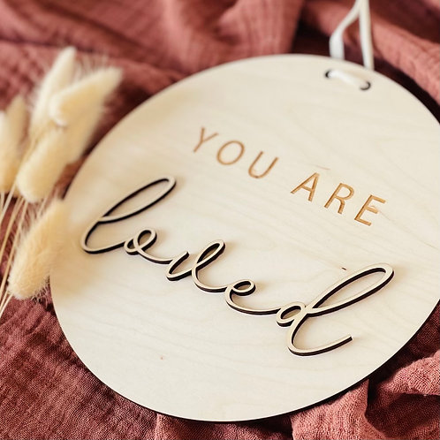 Houten bord -'You are loved'