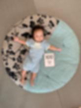 生後100日の写真をせんべい座布団とともにパシャりと撮りました。 お祝い写真、お着替えなどのお世話スペース、お昼寝スペースなど愛用しています。本人も楽しそうにしている気がします。