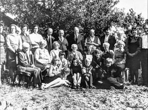 Foster clan 1975. Top row: I Sabin, S Gardner, P Tulley, A Geder, Bill Geder, Albert Oakes, Colin Foster, F Foster, Nicklin, K Nicklin, D Wheeler, C Wheeler - 2nd row: P Ibbotson, D Oakes, E Sabin, E Foster, J Foster, Mr E Cook, Mrs E Staanley. Front row: Elise Tilley, N & W Foster, Wheeler