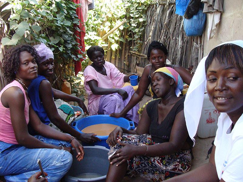 5_les_femmes_préparent_les_jus.JPG